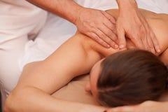 Молодая женщина наслаждаясь профессиональным массажем стоковое изображение rf