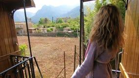 Молодая женщина наслаждаясь путешествовать на старом поезде, восхищая красивые туристские положения акции видеоматериалы