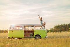Молодая женщина наслаждаясь roadtrip Стоковая Фотография RF