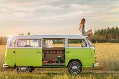 Молодая женщина наслаждаясь roadtrip Стоковые Изображения