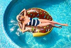 Молодая женщина на вечеринке у бассейна лета стоковые фотографии rf