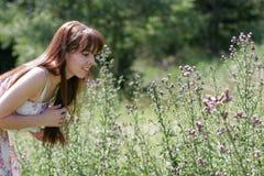 Молодая женщина на день лета стоковые фото