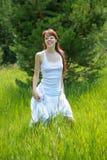 Молодая женщина на день лета стоковые фотографии rf