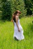 Молодая женщина на день лета стоковые изображения rf