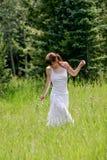 Молодая женщина на день лета стоковое фото