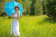 Молодая женщина на день лета стоковые изображения