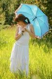 Молодая женщина на день лета стоковое фото rf