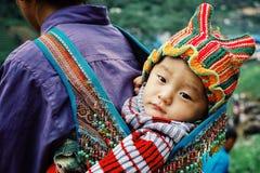 молодая женщина на ее традиционном доме вверх в северных горах стоковое изображение rf