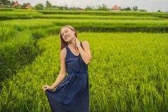 Молодая женщина на зеленой плантации поля риса каскада bali Индонесия стоковые фото
