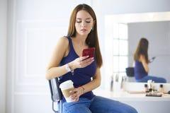 Молодая женщина на кофе кафа выпивая и говорить на мобильном телефоне стоковые фотографии rf