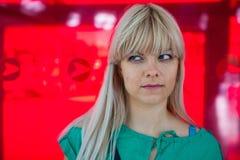 Молодая женщина на красной предпосылке стоковые фотографии rf