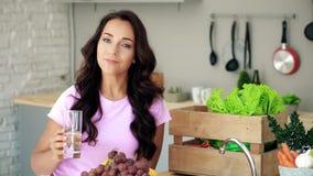 Молодая женщина на кухне Питьевая вода акции видеоматериалы