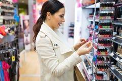 Молодая женщина на магазине косметик Стоковое Фото