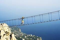 Молодая женщина на мосте веревочки Стоковое Изображение