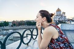 Молодая женщина на мосте стоковая фотография