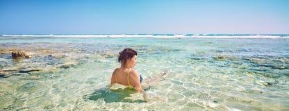 Молодая женщина на пальмах кокоса пляжа жизнерадостных радостных Море пляжа карибское, Куба Стоковые Изображения