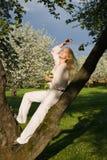 Молодая женщина на парке весны стоковые изображения
