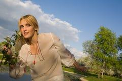 Молодая женщина на парке весны стоковое фото
