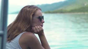 Молодая женщина на парусном судне на ландшафте моря и зеленых холмов Красивая женщина наслаждаясь плавать на правлении корабля мо акции видеоматериалы