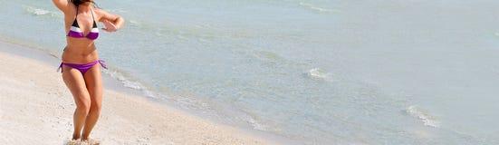 Молодая женщина на пляже Стоковое фото RF