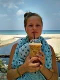 Молодая женщина на пляже Стоковые Изображения