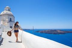 Молодая женщина на прогулке моря стоковое изображение