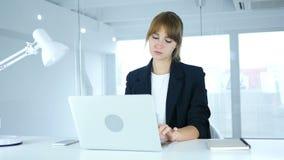 Молодая женщина на работе с болью шеи, утомленной видеоматериал