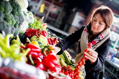 Молодая женщина на рынке стоковое фото