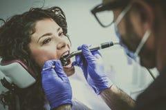 Молодая женщина на хирургии дантиста конец вверх Стоковые Изображения