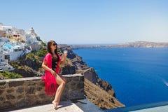 Молодая женщина на Santorini, Греции стоковые фото