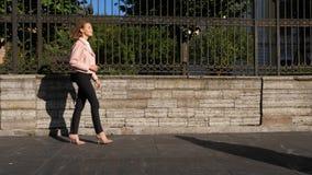 Молодая женщина нося высокие пятки walkin на улице сток-видео