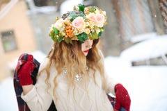 Молодая женщина нося красивый флористический венок outdoors Стоковое Изображение RF