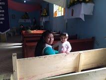 Молодая женщина нося маленькую девочку Стоковое Изображение RF