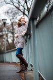 Молодая женщина одетая в теплом шерстяном кардигане стоковые фотографии rf