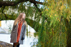 Молодая женщина около вала вербы Стоковая Фотография