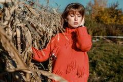 Молодая женщина около мозоли красивая девушка в деревне стоковое изображение