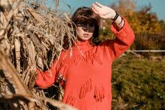 Молодая женщина около мозоли красивая девушка в деревне стоковое изображение rf