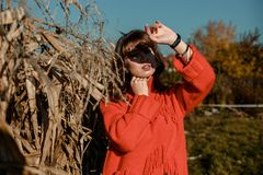 Молодая женщина около мозоли красивая девушка в деревне стоковые фотографии rf