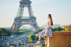 Молодая женщина около Эйфелевой башни стоковое изображение rf