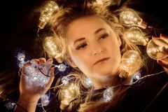 Молодая женщина окруженная светами стоковое фото