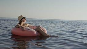 Молодая женщина ослабляя в море на летних каникулах видеоматериал