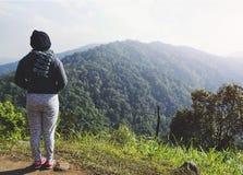 Молодая женщина ослабляя в природном парке на moutain стоковое фото