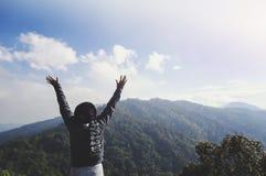 Молодая женщина ослабляя в природном парке на moutain стоковое фото rf