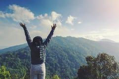 Молодая женщина ослабляя в природном парке на moutain стоковые фото