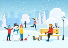 Молодая женщина ослабляя на стенде, идущей женщине и счастливых детях ваяет снеговик на парке иллюстрация штока