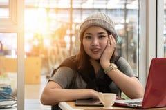 Молодая женщина ослабляя с тетрадью стоковые фото