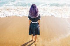 Молодая женщина отдыхая на каникулах пляжа стоковое изображение rf