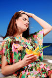 Молодая женщина отдыхая на пляже Стоковые Изображения RF