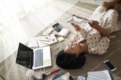 Молодая женщина отдыхая с книгой стоковое изображение rf
