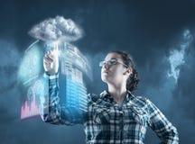 Молодая женщина отжимая экран касания на социальном значке сети стоковое изображение
